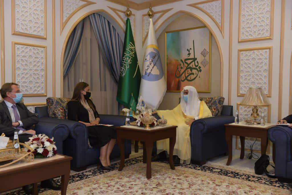His Excellency the Secretary General Sheikh Dr. Mohammad Alissa met in his office in the Governorate of Jeddah, the member of the French Parliament, Mrs. Amelia Lakrafi, where a number of issues of common interest were discussed during the meeting. The meeting was attended by the Ambassador and the Consul.